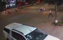 Video: Bế trẻ qua đường, người đàn ông bị tông xe văng gần chục mét