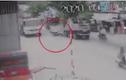 Video: Người lái xe máy đâm ô tô 7 chỗ rồi bị cuốn vào gầm xe tải