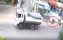 Video: Xe ben văng lốp giữa đường quật ngã người đi xe đạp