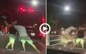 Video: Tài xế Mercedes cầm vợt tennis hỗn chiến với đôi nam nữ đi xe máy