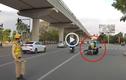 """Video: """"Thông chốt"""" 141, thanh niên tông cảnh sát ngã văng ra đường"""