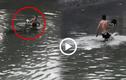 """Video: Nam thanh niên hò hét nhảy xuống sông Kim Ngưu """"tắm tiên"""""""