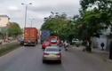 Video: Cố chen vào làn xe máy, nữ tài xế tông người bất tỉnh