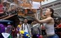 Người Thái xuống đường té nước lễ Songkran, nhưng bị cấm khỏa thân