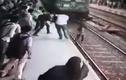 Khoảnh khắc kinh hoàng cô gái bị đoàn tàu đâm