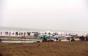Hàng trăm người dân vô tư tắm biển khi bão đang vào Thanh Hóa
