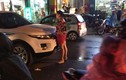 Bắt gặp chồng và bồ trên phố, người vợ ôm con gào khóc trong mưa