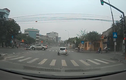 """Video: Kinh hoàng xe """"điên"""" húc bay ô tô dừng đèn đỏ ở Hải Dương"""