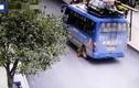 Bị xe buýt lùi cán trúng, cậu bé 8 tuổi may mắn thoát chết trong gang tấc