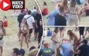 Video: Cô gái ngực trần đánh túi bụi người đàn ông trêu ghẹo