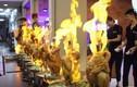 """Video: Độc đáo món gà nguyên con """"khiêu vũ"""" bốc lửa trên nồi súp"""