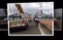 Video: Soái ca ô tô lái kèm che gió cho xe đạp lên cầu