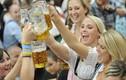 Video: Cô gái dùng trán để... mở lon bia rồi uống hết
