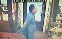 Thấy cướp trèo vào cửa hàng, khách cởi áo rồi lao vào xử
