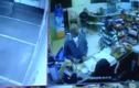 Video: Bị hạ gục, tên cướp vẫn bắn trả trúng chân cảnh sát