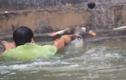 Video: Cười ngả nghiêng xem trai làng Vạn Phúc rẽ nước thi bắt vịt