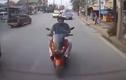 Video: Người đi xe máy mải điện thoại đập mặt vào ô tô
