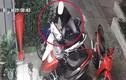 Video: Dàn cảnh trộm xe máy trước cửa hàng hoa