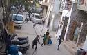 Video: Chó pit bull điên cuồng tấn công trẻ em giữa phố Ấn Độ
