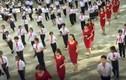 Video: Cô giáo diện váy đỏ làm nóng sân trường bằng điệu nhảy cùng HS