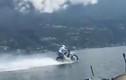 Video: Tay đua phóng mô tô 75 km/h trên mặt hồ ở Ý
