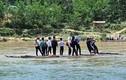 Video: Thót tim cảnh học sinh miền núi dùng bè vượt sông để đến trường