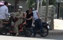 Video: Dừng xe mua hoa quả, cô gái bị kẻ gian trộm tiền nhanh như chớp