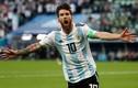 Video: Messi khoe bùa may mắn giấu dưới chân sau trận thắng Nigeria
