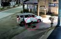 """Video: """"Cẩu tặc"""" đi ô tô, bắn súng điện trộm chó nhanh như chớp"""