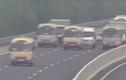 Video: 3 xe khách dàn hàng dòng dắt nhau trên cao tốc Hà Nội-Hải Phòng