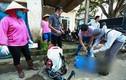 Video: Máy khử trùng ù ù khắp làng sau nửa tháng chìm trong biển nước