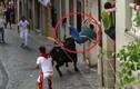 Video: Bò tót nổi điên húc rách tả tơi quần người đứng ven đường
