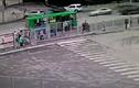 Video: Đạp nhầm chân ga, nữ tài xế đâm hàng loạt người đi bộ