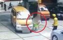 Video: Người phụ nữ nhẫn tâm xô đứa trẻ vào ô tô để ăn vạ tài xế