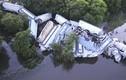 Video: Tàu trật đường ray, lao xuống sông, nhiều khoang vỡ nát