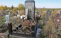 Bí ẩn về bia mộ hình iPhone khổng lồ tại nghĩa trang