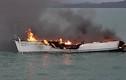 Video: Du thuyền cháy ngùn ngụt giữa biển vì bị sét đánh