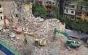 """Video: Phá dỡ chung cư bỏ hoang khiến nhiều người """"lạnh gáy"""" ở Hà Nội"""