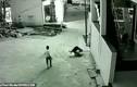 Video: Bé trai rơi từ tầng 3 trúng người bạn và diễn biến không tưởng