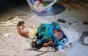 Bố mẹ cãi nhau bỏ rơi con 2 tuần tuổi giữa chợ