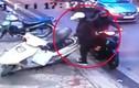 """Video: Nữ quái """"phá"""" cốp xe máy, trộm đồ cực nhanh ngay giữa phố"""