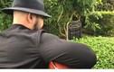 """Video: Người đàn ông ôm đàn hát trước mộ Trần Lập gây """"bão"""""""