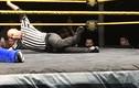 Trọng tài WWE gãy chân vẫn cố gắng hoàn thành trận đấu