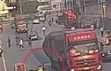 """Video: Nữ tài xế Trung Quốc thoát chết sau 2 lần va chạm với """"ninja lead"""""""