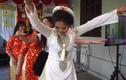 """Video: Cô dâu và hội chị em """"quẩy"""" hết mình trong đám cưới"""