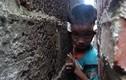 Video: Lính cứu hỏa nới tường giải cứu cậu bé kẹt đầu