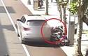 Video: Tài xế bất cẩn để ô tô trôi tự do cán 2 người đi xe máy