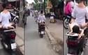 Video: Hoảng hồn cảnh mẹ chở con nằm dài sau xe máy