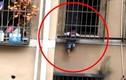 Video: Bé trai ở nhà một mình lủng lẳng giữa các song sắt cửa sổ tầng 3