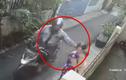 Video: Bị giật dây chuyền, bà bế cháu ngã đập đầu xuống đường gây phẫn nộ